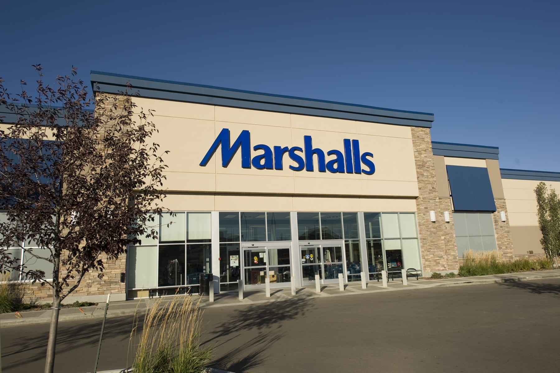 MARSHALLS clothing has long been very popular. This is supported by a network of shops throughout the US, which has every year a large turnover, as well as several MARSHALLS online stores, where you can find goods for reasonable prices.
